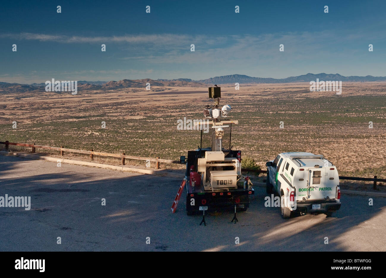 Véhicule sans pilote de patrouille à la frontière avec les capteurs infrarouge pour détecter Photo Stock