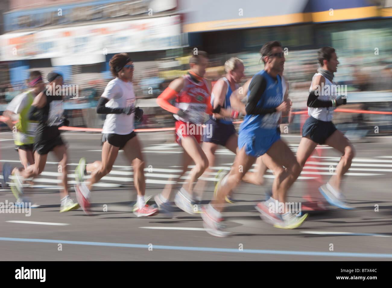 L'abstraction floue de coureurs dans le Marathon de New York en 2010. Photo Stock