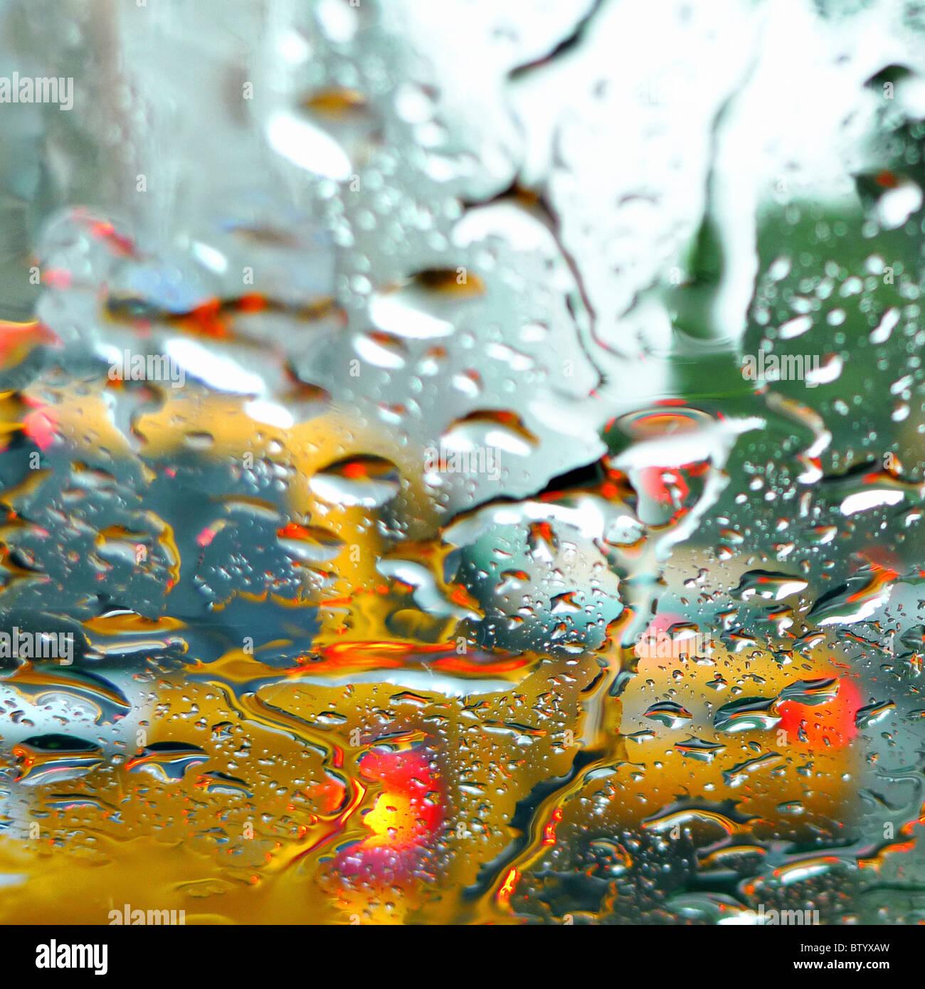 Image floue de NYC taxi jaune par la fenêtre la pluie. Photo Stock