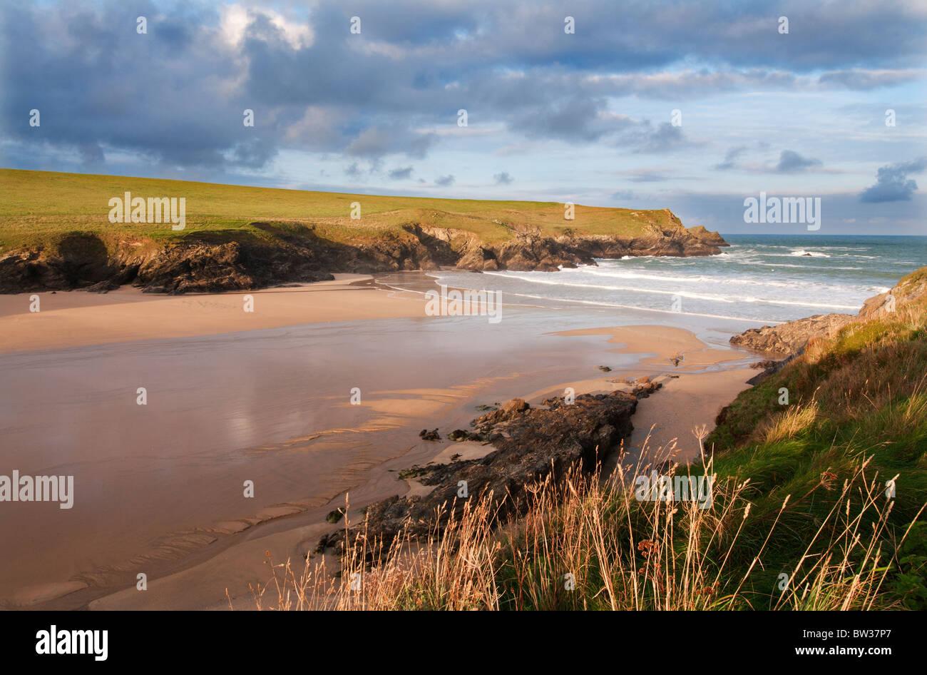 Une plage déserte à Porth (Polly) blague sur la côte nord des Cornouailles entre Crantock et baie Photo Stock