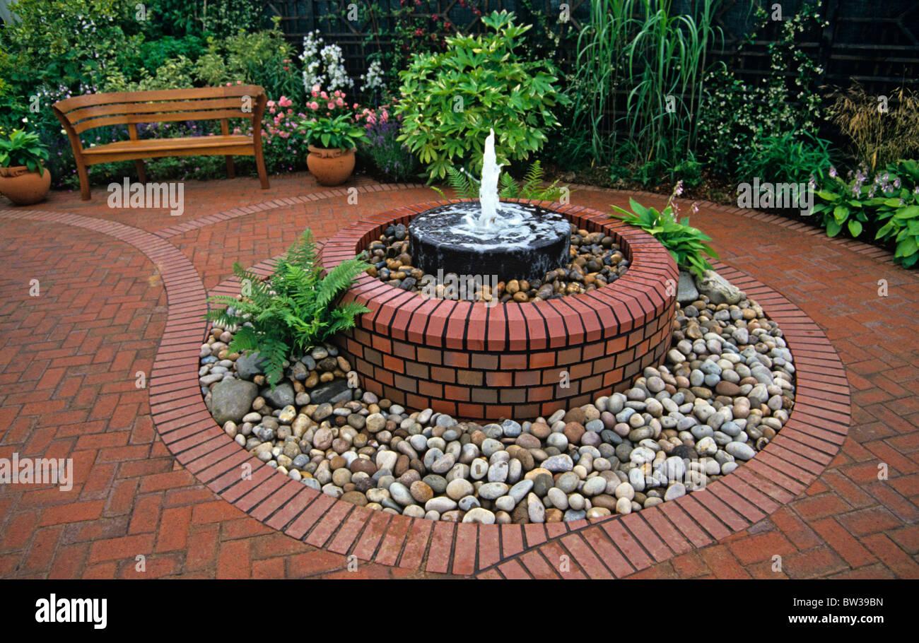 Un Patio De Brique Décoratif Dans Un Jardin Urbain Avec Fontaine