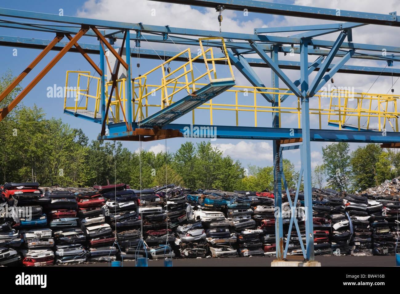 Automobiles broyées et une déchiqueteuse à une ferraille junkyard, Québec, Canada Photo Stock