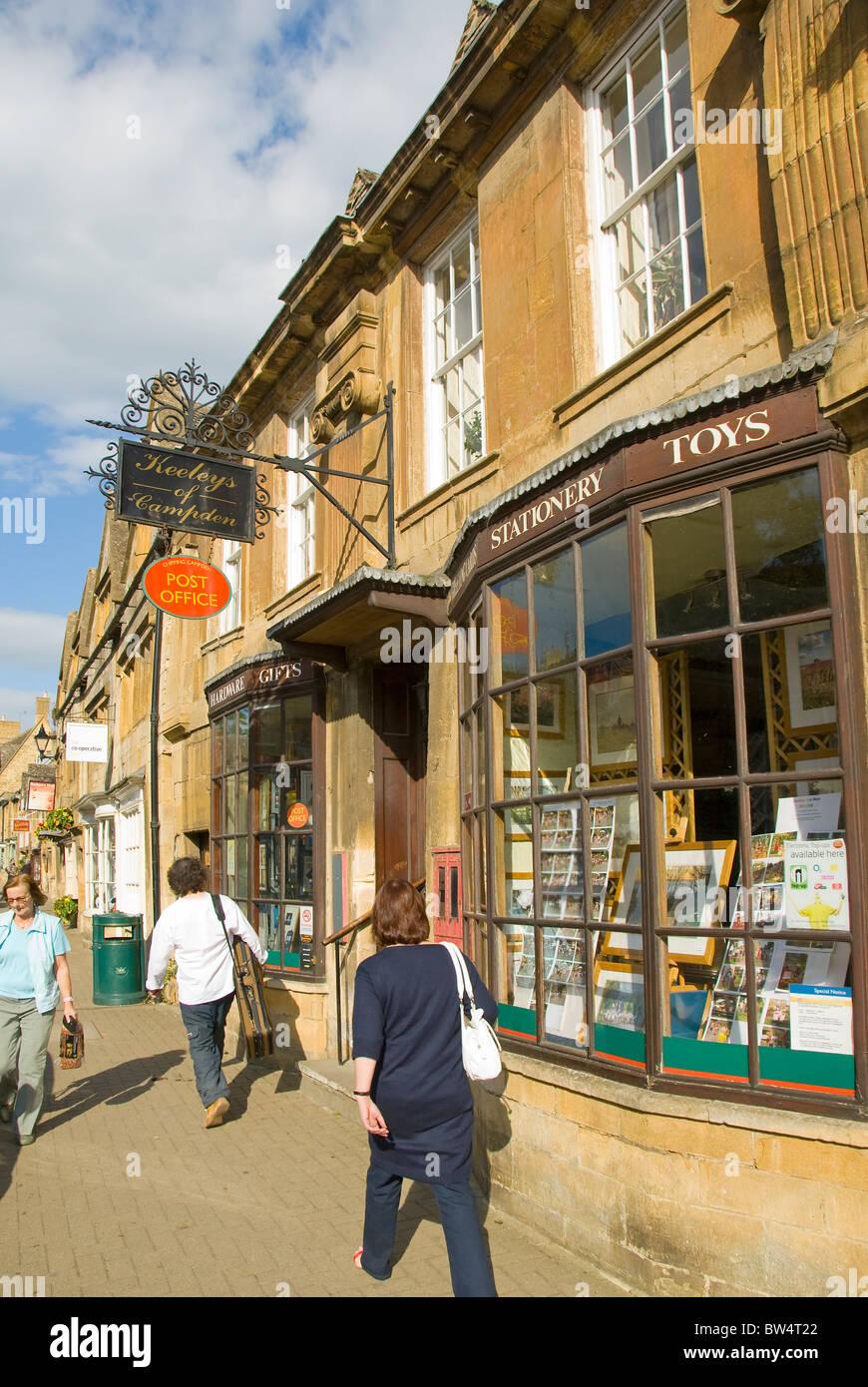 Les piétons en face de papeterie, Chipping Campden, Cotswolds, Gloucestershire, England, UK Photo Stock