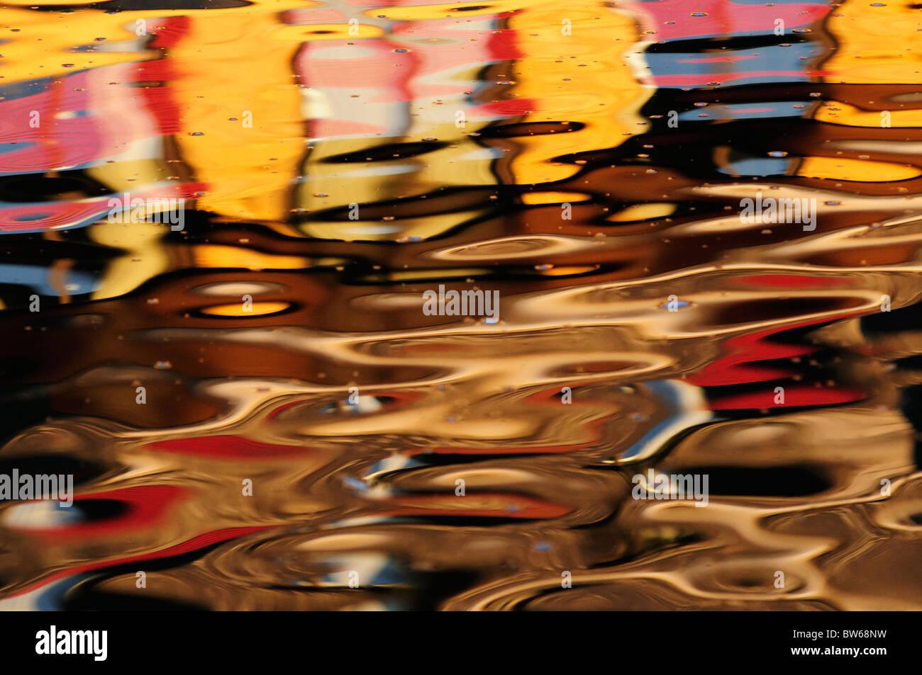 Résumé La réflexion des bâtiments colorés dans la rivière Cam, Cambridge, England, Photo Stock