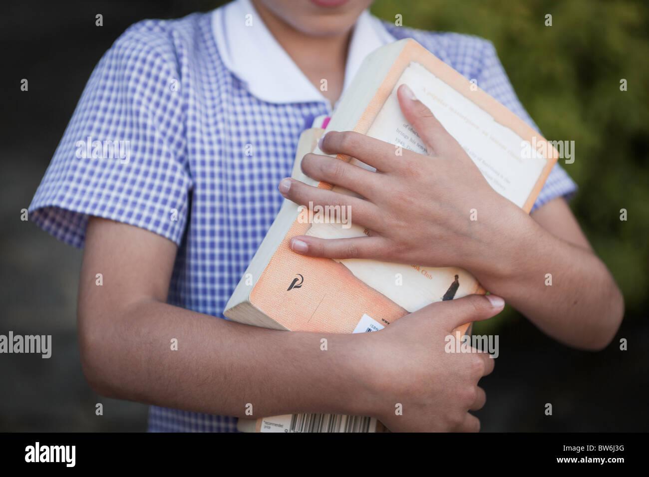 Écolière avec livres de bibliothèque Photo Stock