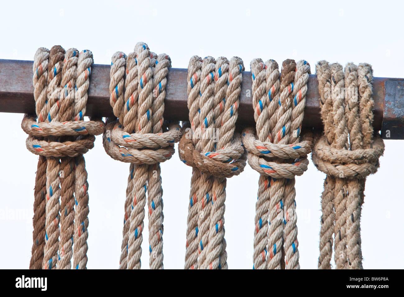 La tête d'alouette inverse noeuds, couleur mouchetée de la corde. Photo Stock