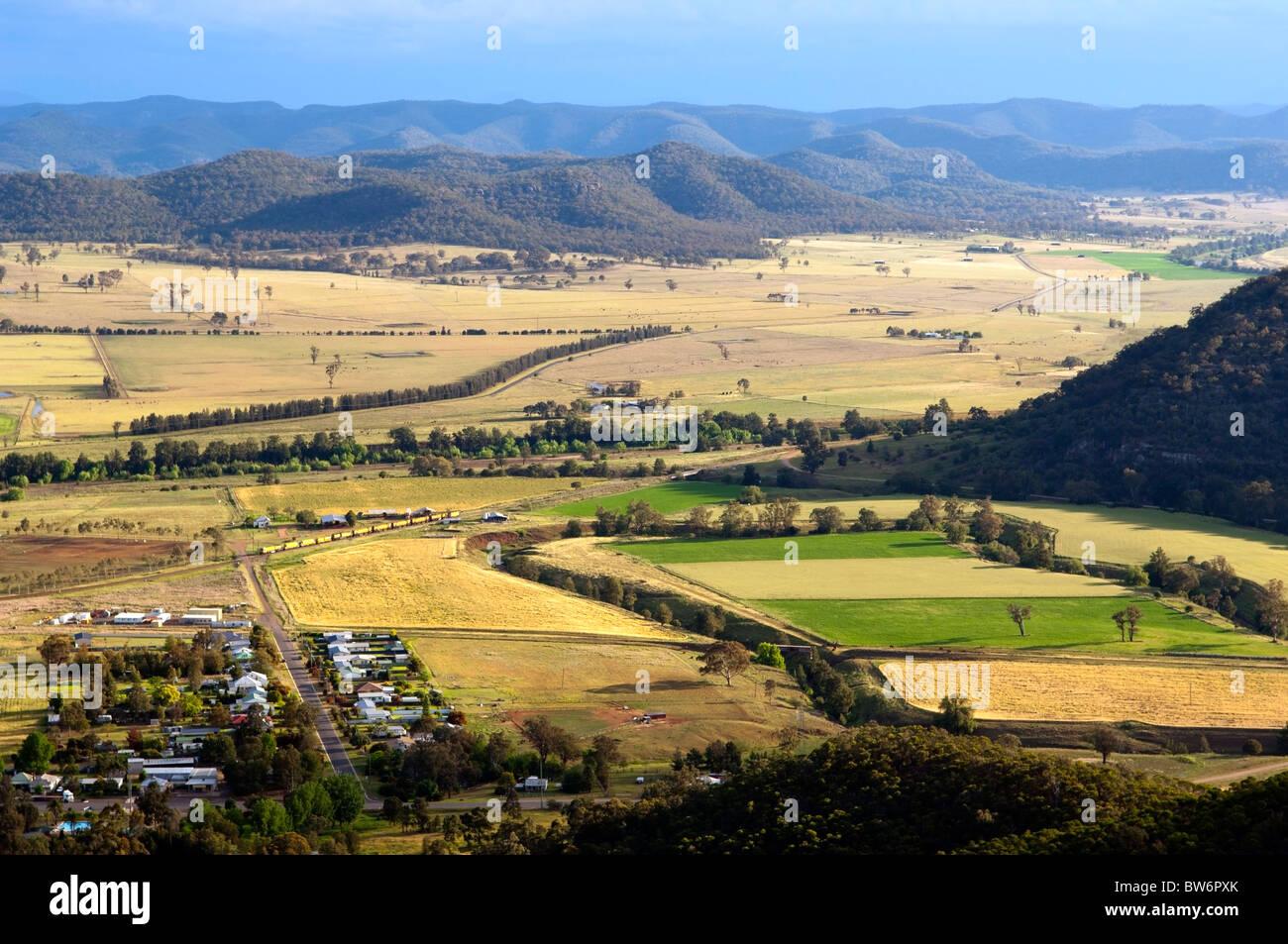 Pays magnifique salon avec petite ville et champs de couleur vive Photo Stock