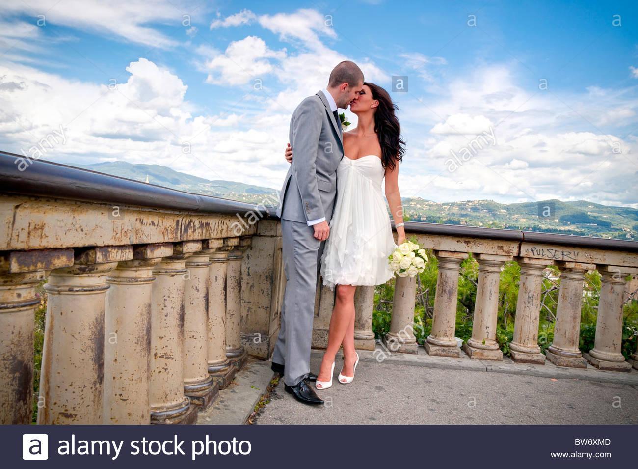 Les nouveaux mariés s'embrasser Photo Stock