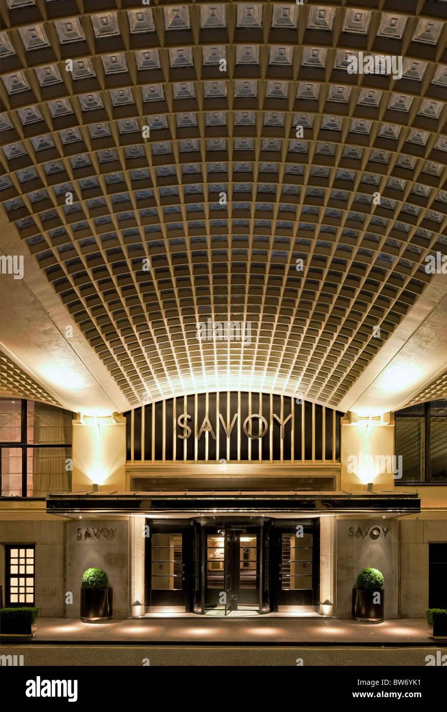 Riverside entrée de la rénovation de l'Hôtel Savoy à Londres - a rouvert ses portes en octobre Photo Stock