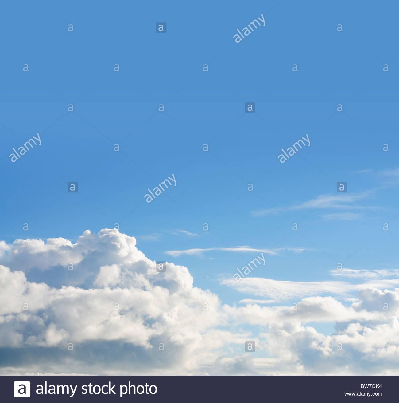 Ciel bleu et nuages gonflés Photo Stock