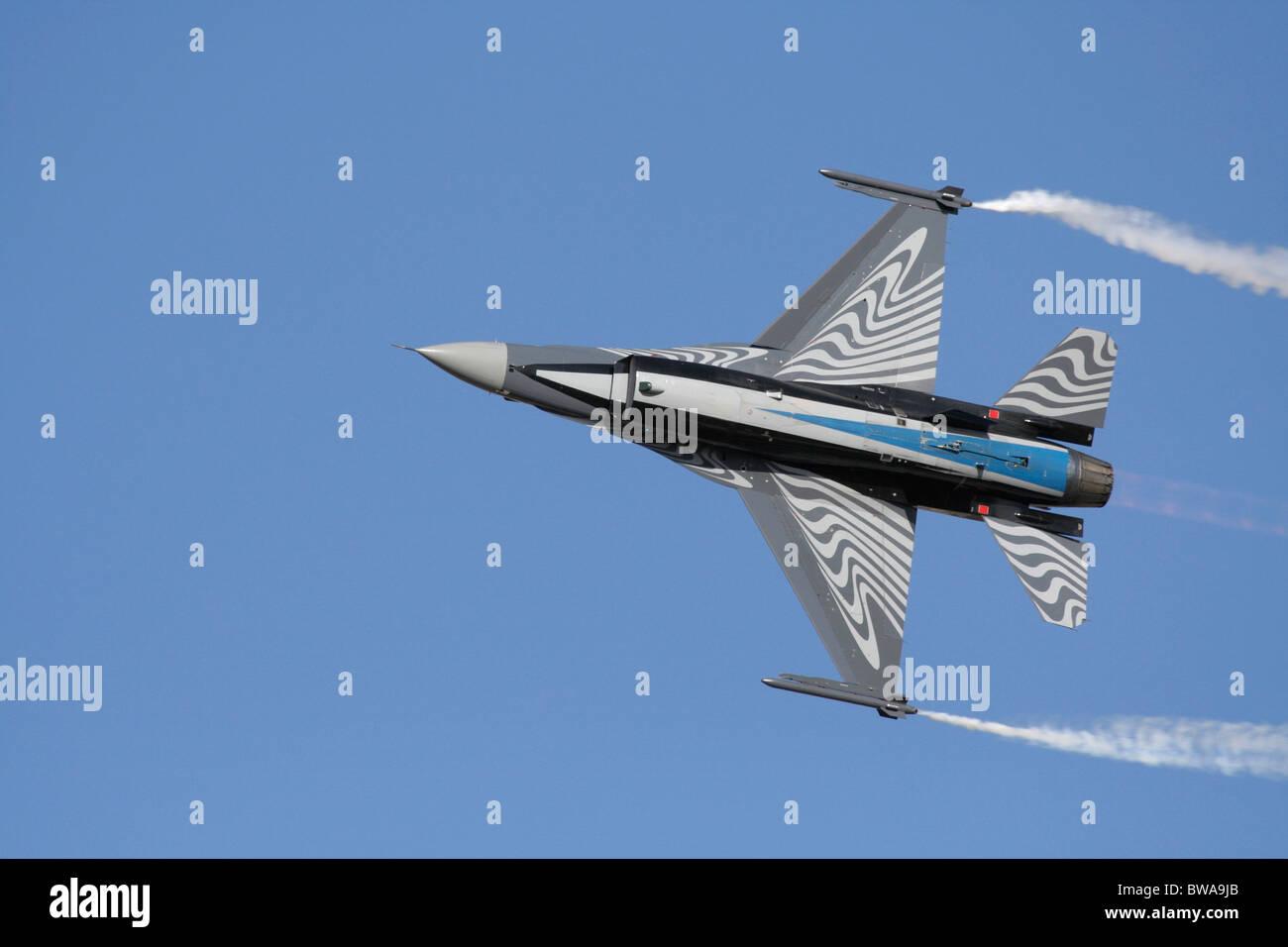 Avion de chasse F-16 belge volant dans le ciel pendant une exposition aérienne. Vue de dessous. Composition décentrée avec espace de copie. Banque D'Images
