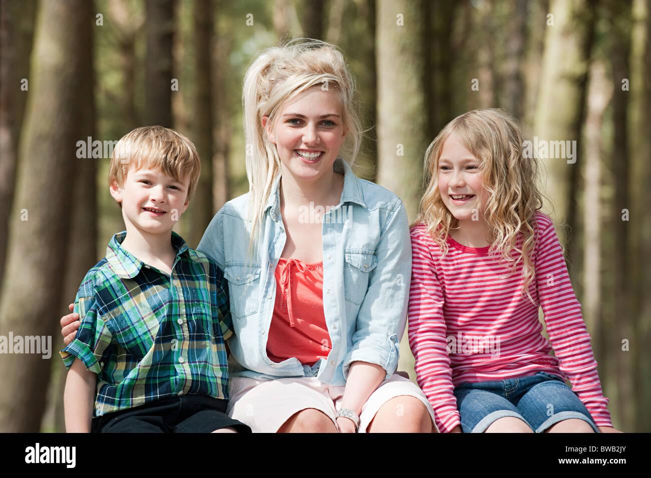Adolescente avec son jeune frère et soeur Photo Stock
