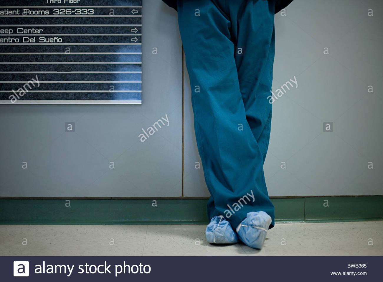 Chirurgien de l'hôpital portant des protecteurs de chaussures, low section Photo Stock