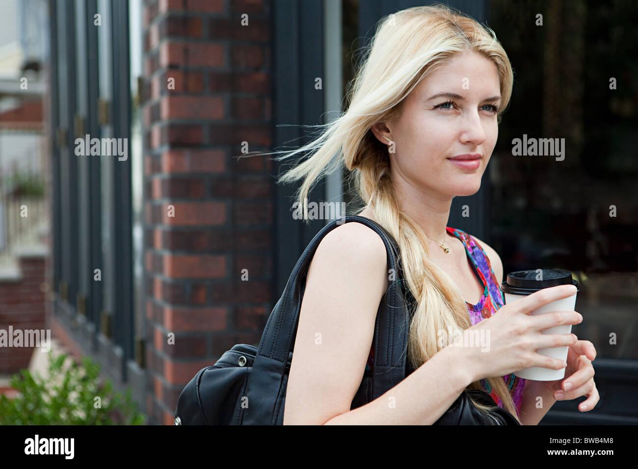 Femme avec du café pour aller Photo Stock