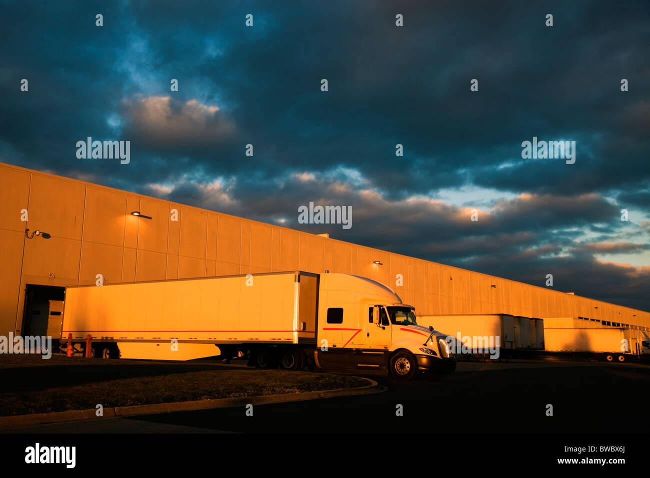 Coucher de soleil spectaculaire au-dessus de l'entrepôt de distribution Photo Stock