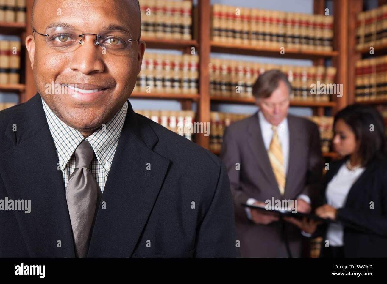États-unis, Californie, Oakland, gens d'affaires de bibliothèque, se concentrer sur l'homme Photo Stock