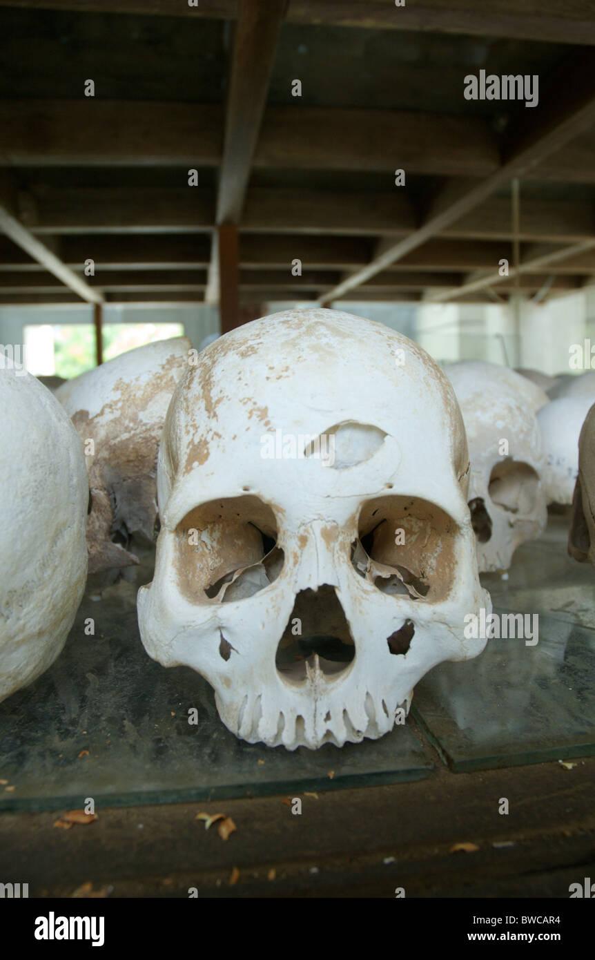 Un crâne, avec ce qui est probablement un trou d'un coup de marteau, est exposée au mémorial Photo Stock