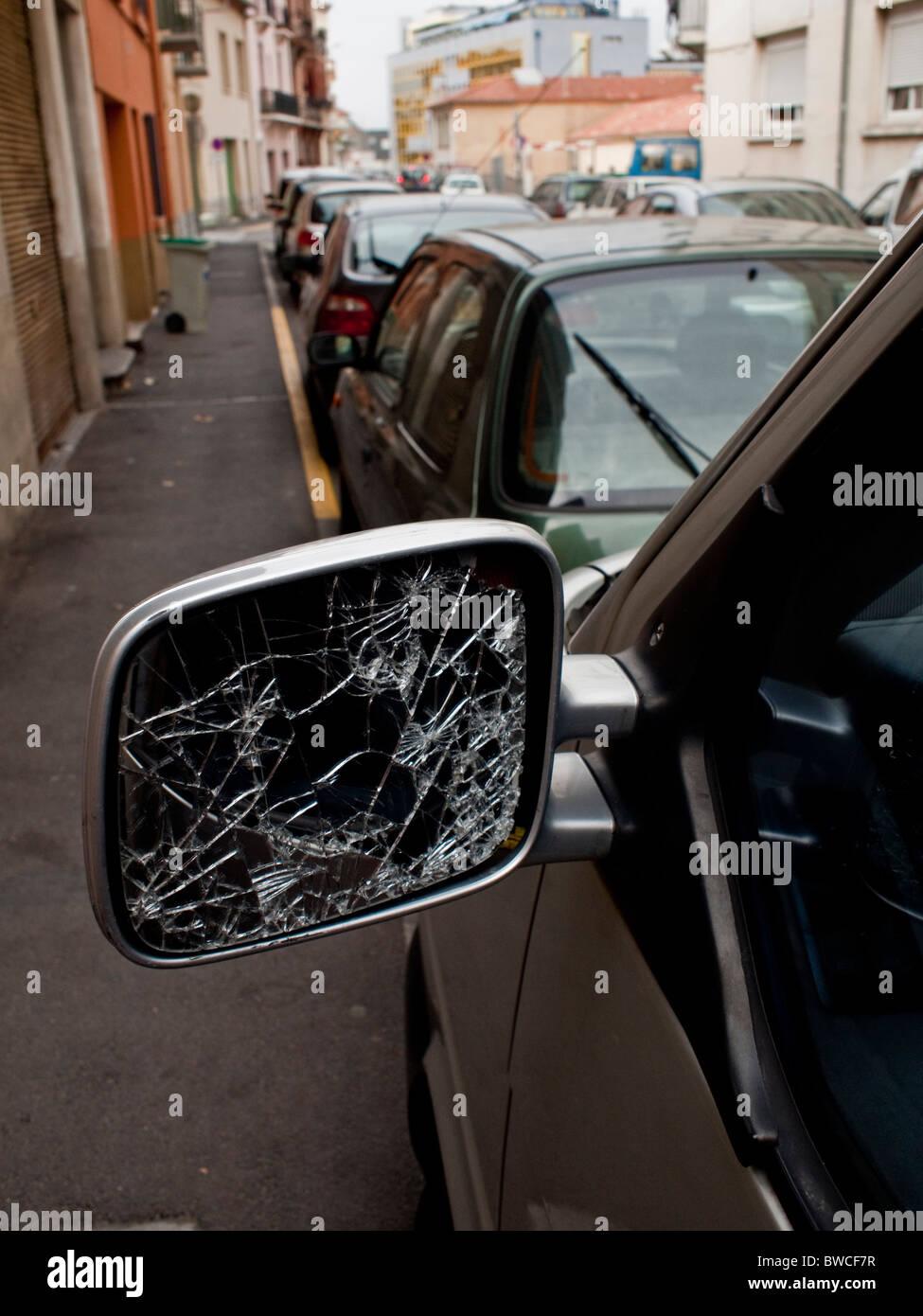 Un rétroviseur cassé dans une rue de Perpignan sud-ouest de la France Photo Stock