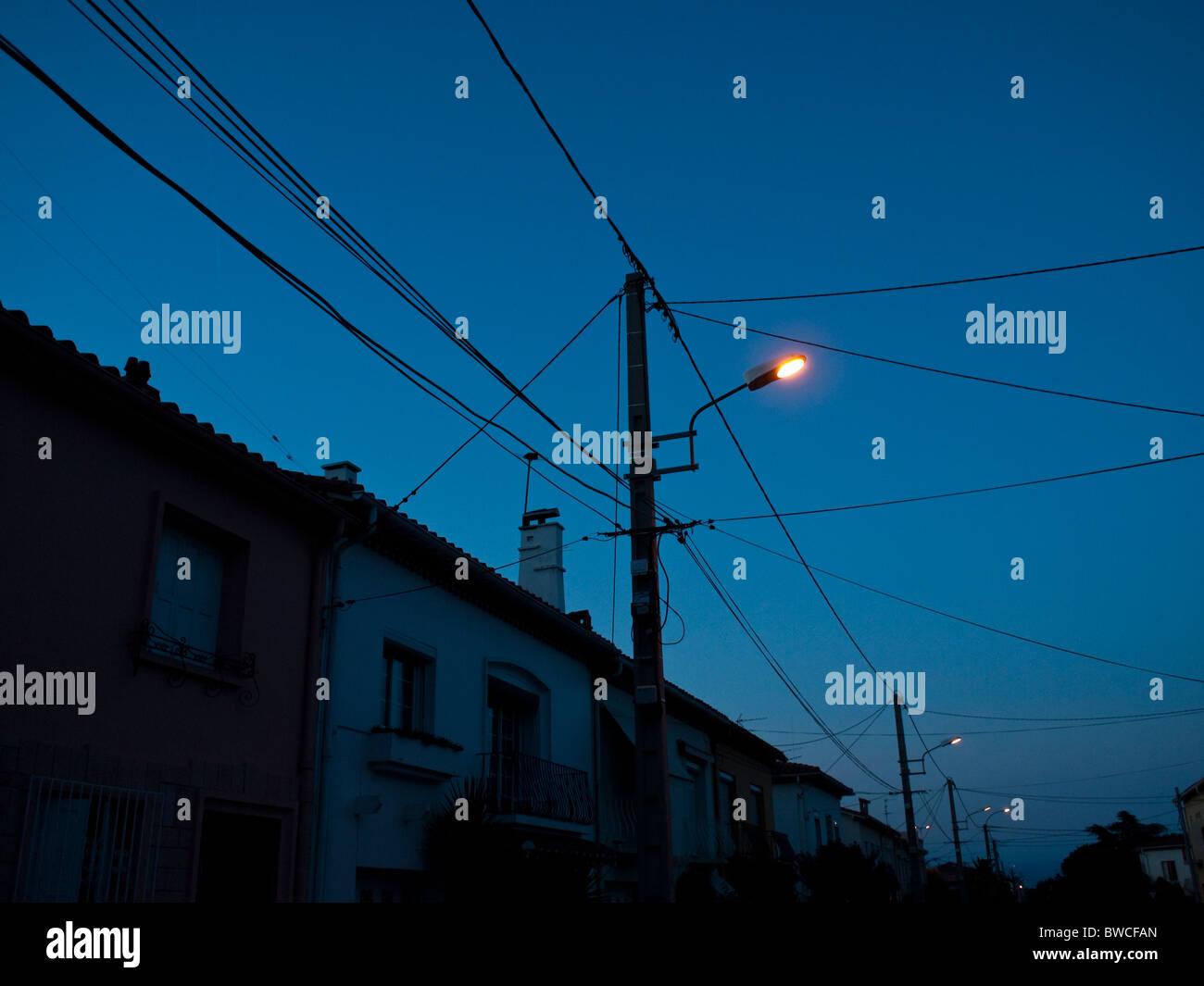 L'éclairage et les fils au crépuscule à Perpignan dans le sud-ouest de la France Photo Stock