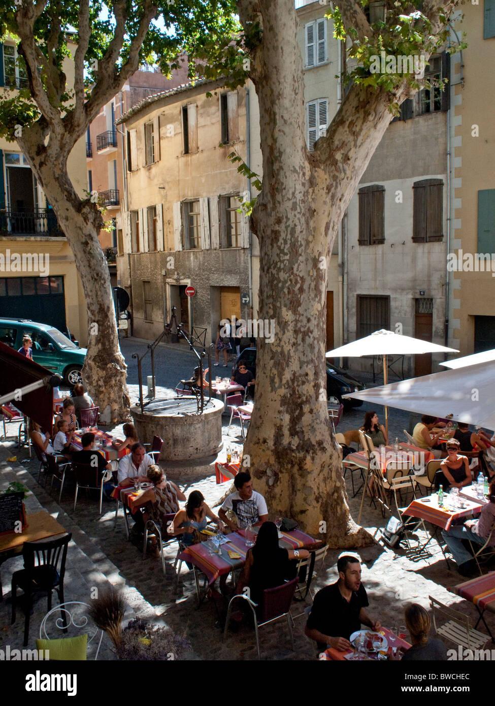 Restaurant le midi dans les vieux quartiers de Perpignan lors de la Visa pour l'image du photojournalisme Photo Stock