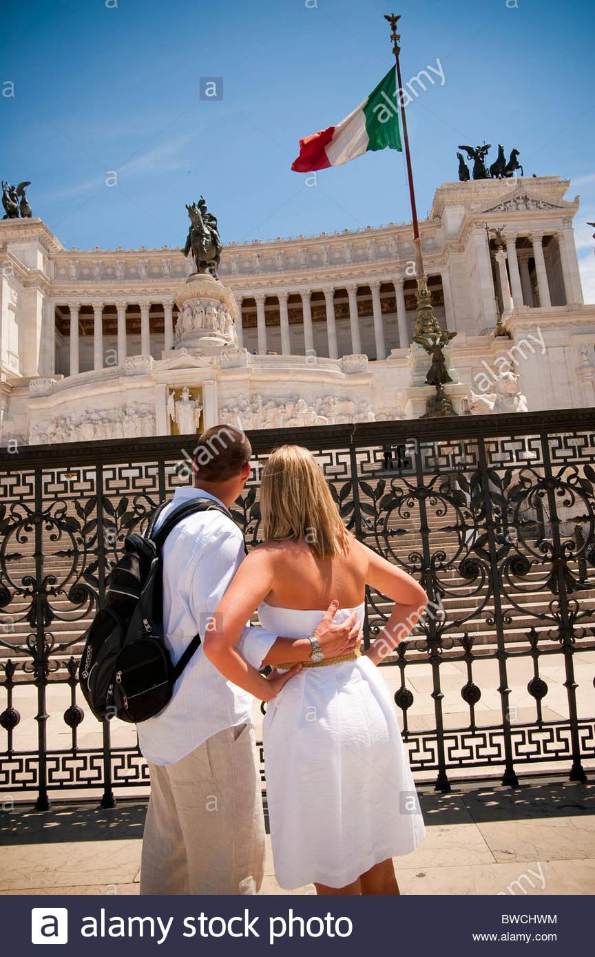Couple admiring Altare della Pace Piazza Venezia Rome Italie Photo Stock