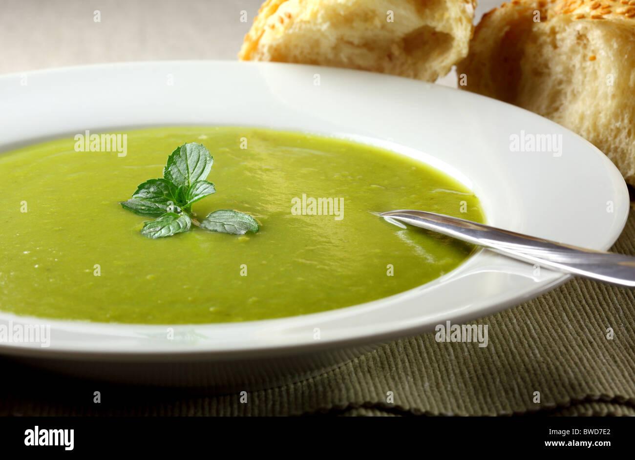 Soupe aux pois et à la menthe Photo Stock
