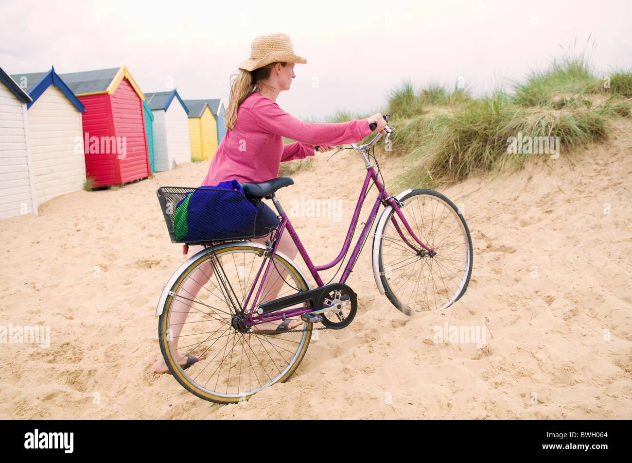 La femme pousse location sur beach Banque D'Images
