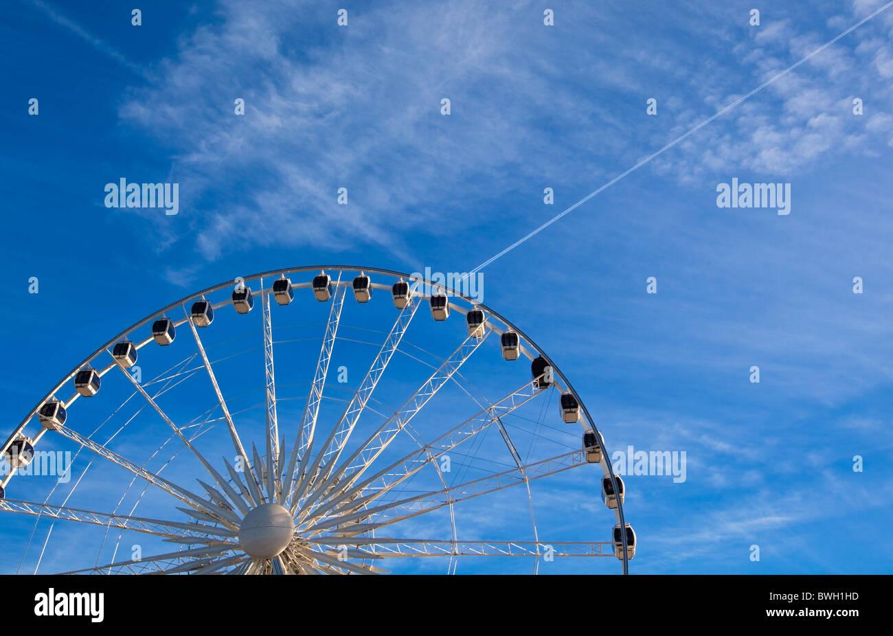 Grande roue de Ferris sur fond de ciel bleu photo horizontale. Photo Stock