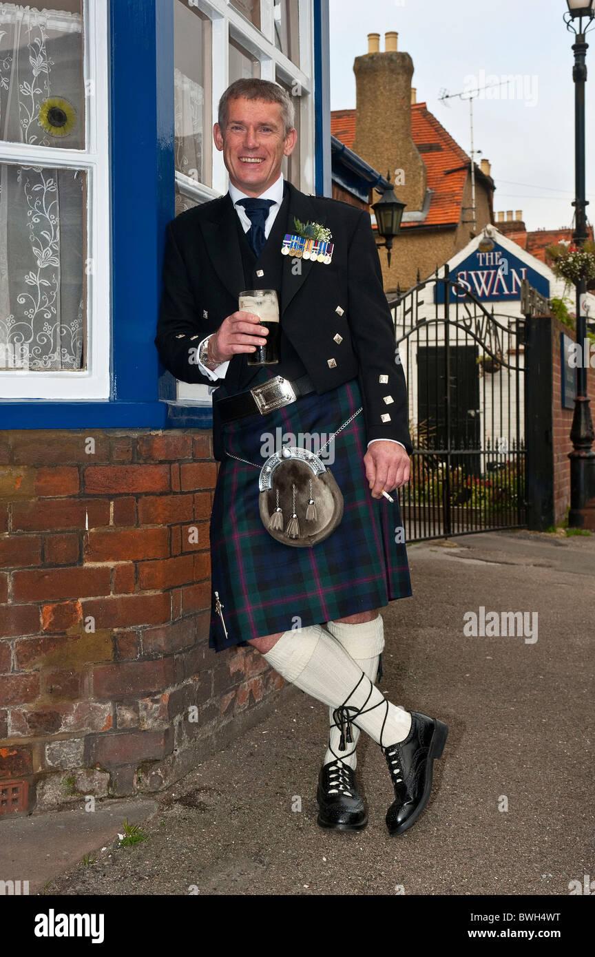 Dupont de ligonnes - Page 2 Close-up-portrait-of-vertical-d-un-homme-en-costume-traditionnel-ecossais-ayant-une-derniere-pinte-et-de-la-cigarette-avant-qu-il-se-marie-bwh4wt