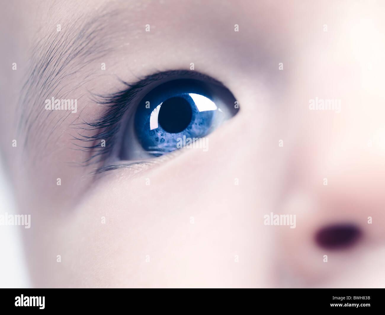 Libre d'un œil d'un bleu à l'âge de six mois, bébé garçon. Modifiées numériquement. Photo Stock