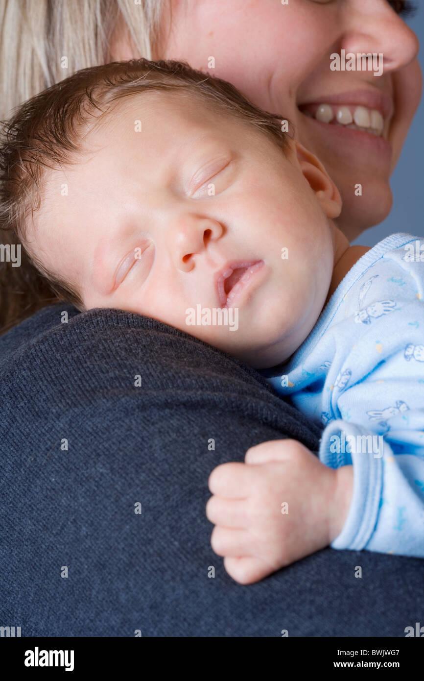 0-1 mois 1-6 mois 2 à 35 années 30s Adultes Adultes Affection à la maison Bébés Soins Soins Photo Stock