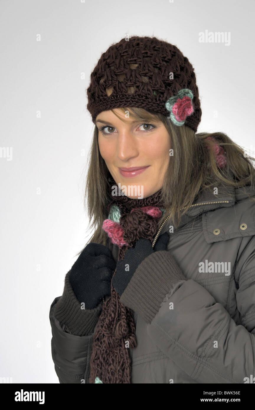 Femme à l intérieur portrait d hiver froid habillé de rire cap hat manteau  veste veste hiver Foulard Gants studio cfd4b114ff9
