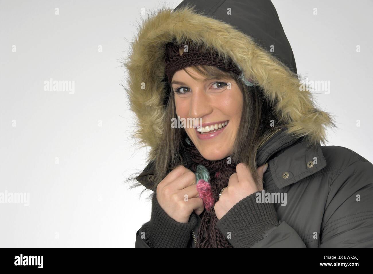 Femme à l intérieur portrait d hiver froid habillé de rire cap hat jacket  veste hiver manteau capuche écharpe gants 2d72b37e1e0