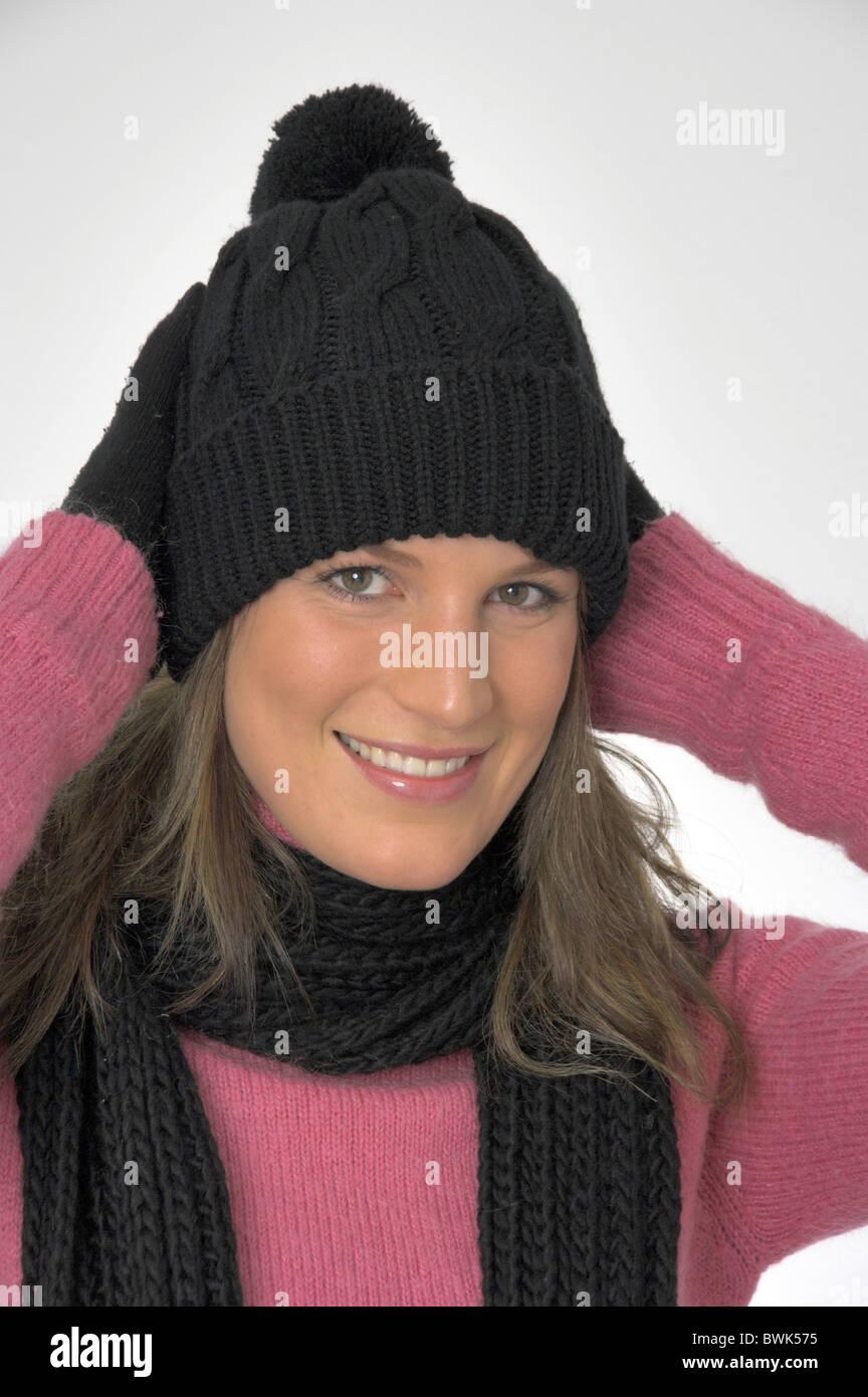 Femme à l intérieur portrait d hiver froid habillé de rire cap hat Foulard  Gants chandail pull studio d6180359b72