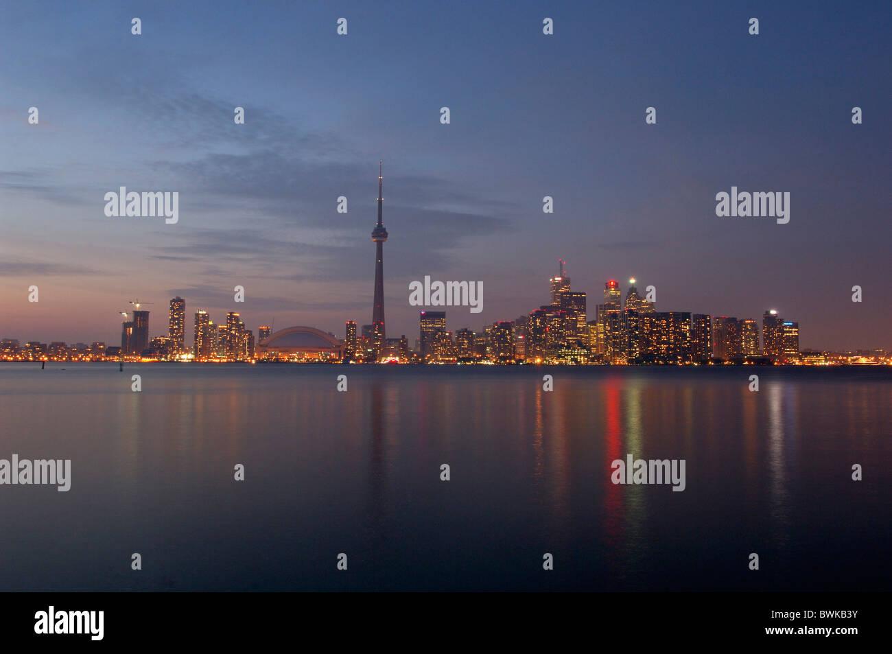 Le lac Ontario lake town city skyline twilight à la tombée de la nuit nuit humeur le Lac Ontario Toronto (Ontario) Banque D'Images