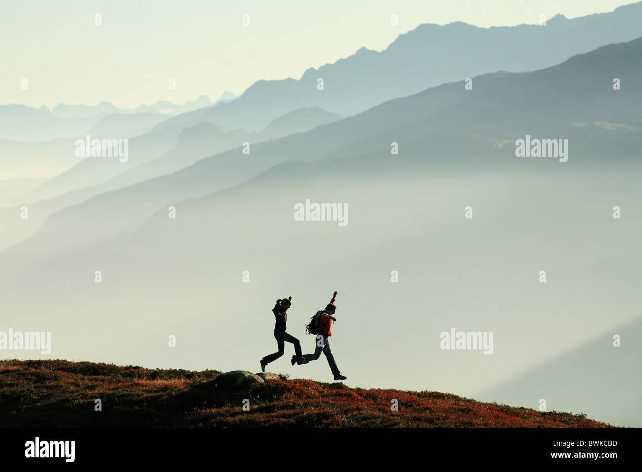 Deux Couple joie saut saut blague fun sports randonnées à pied en plein air randonnée en montagne Photo Stock