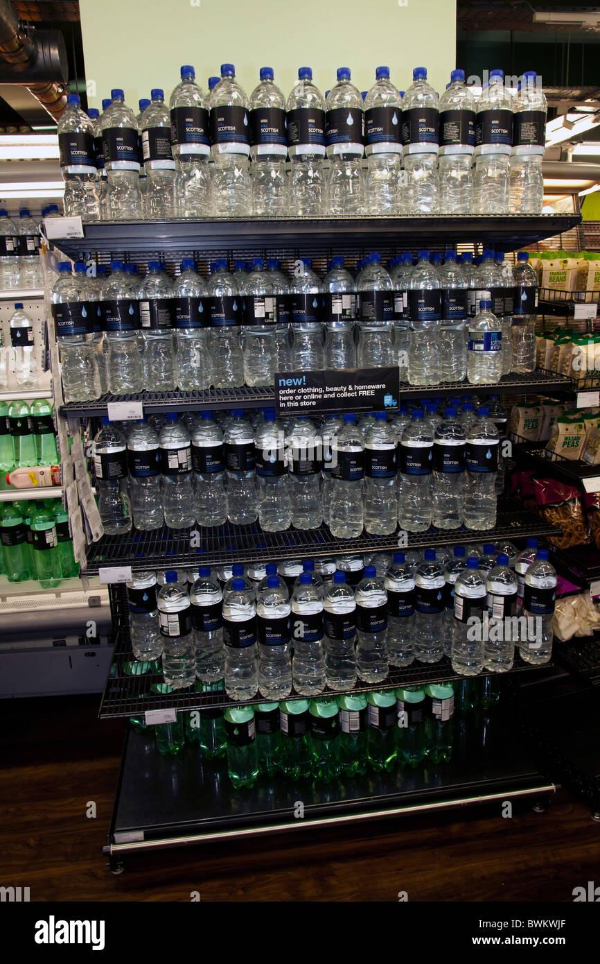 L'eau embouteillée l'eau potable dans des bouteilles d'eau shop Photo Stock