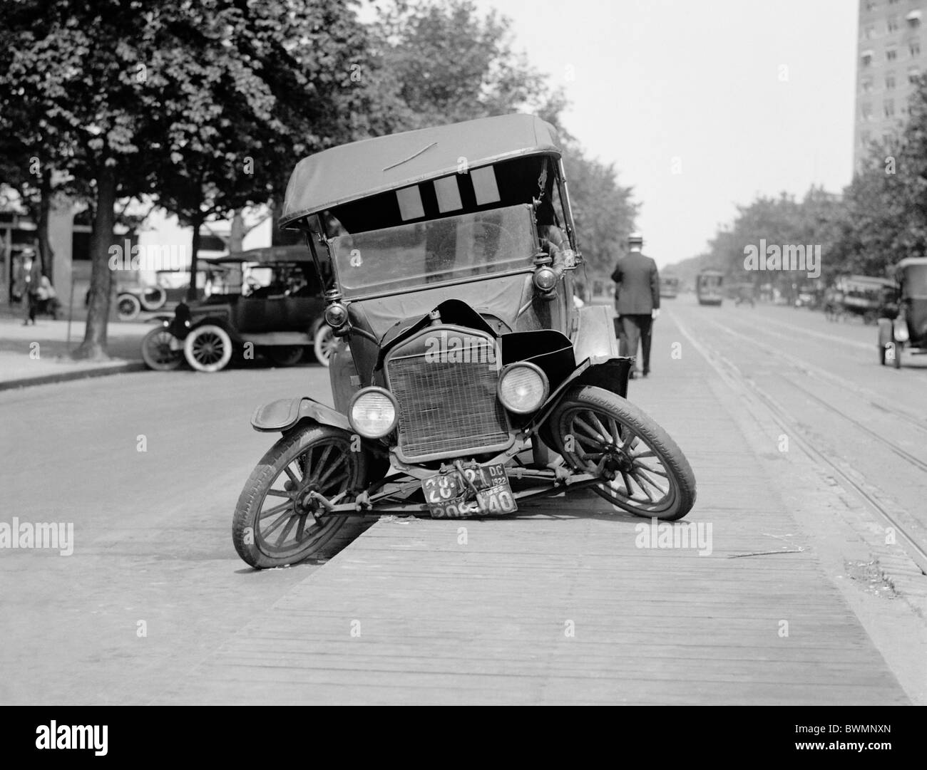 Vintage photo vers 1922 d'une voiture Ford du naufrage dans un accident d'automobile aux Etats-Unis. Photo Stock