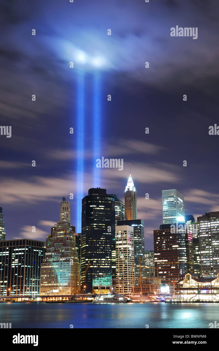 New York City Manhattan vue panoramique de nuit avec des toits de gratte-ciel de bureaux allumés sur Hudson Photo Stock