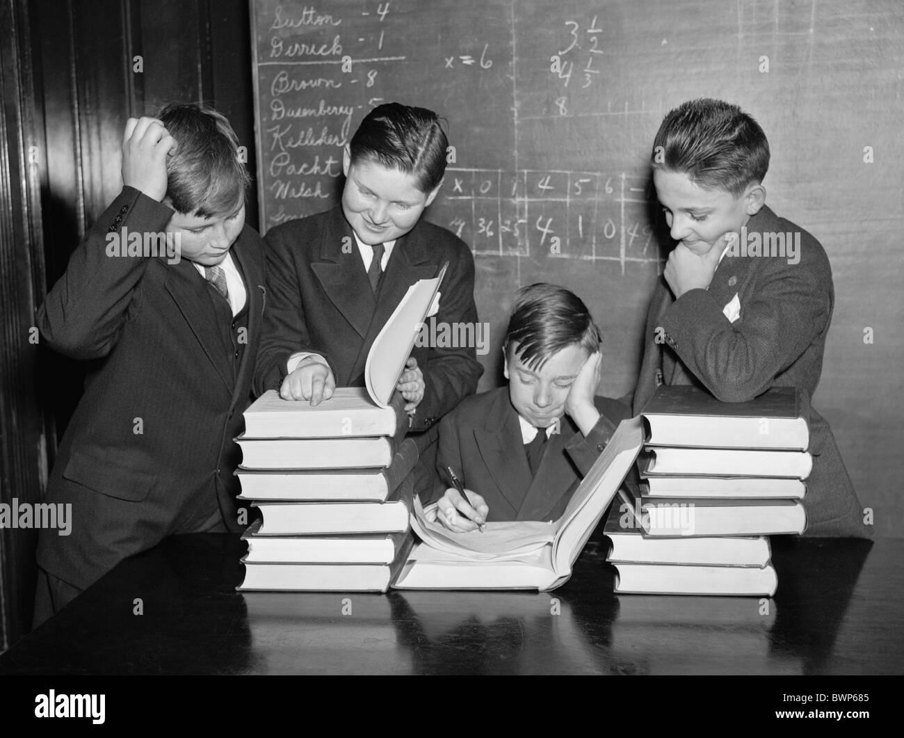 Vintage photo vers 1936 d'un groupe de collégiens qui étudient les livres dans une salle de classe Photo Stock