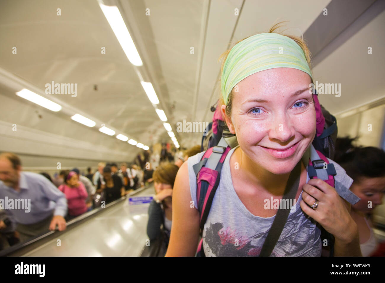 Backpacker sur l'escalator du métro de Londres Photo Stock