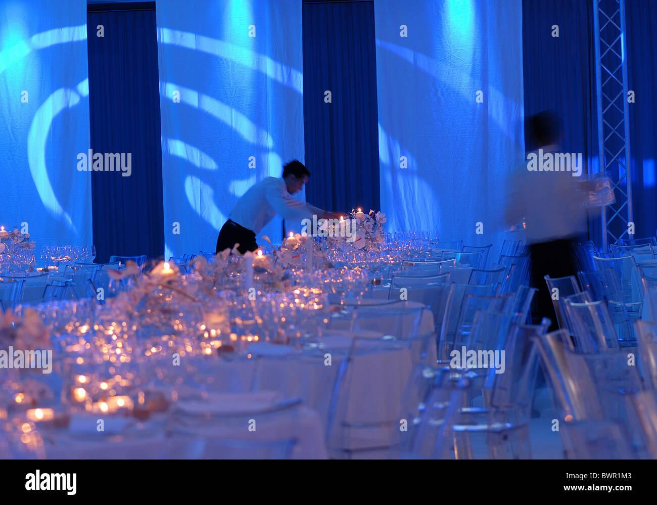 Vie de l'événement ambiance bougies chandelles ambiance table chaises tables gastronomie lunettes Photo Stock