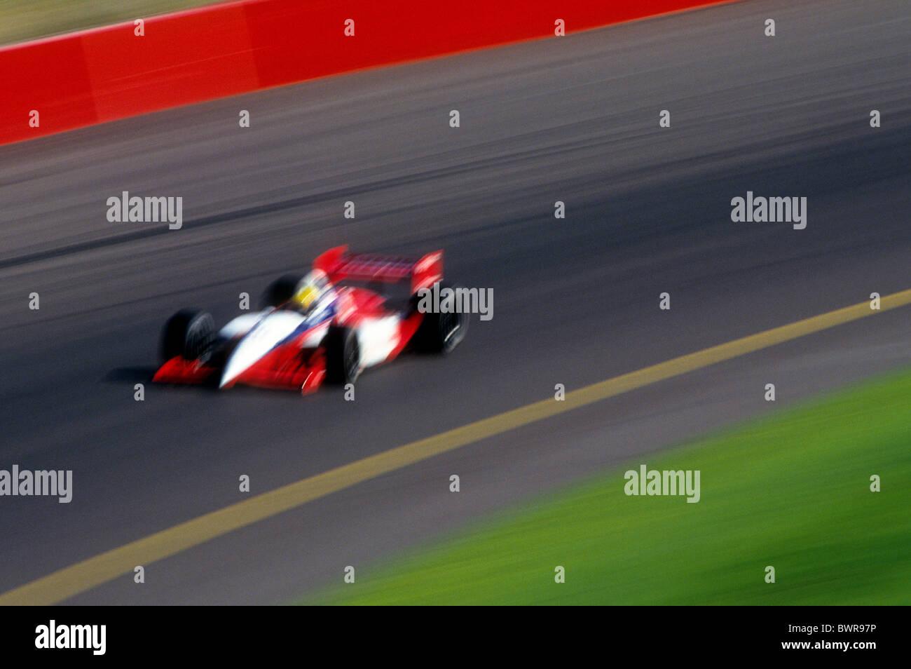 Course automobile floue à l'action. Photo Stock