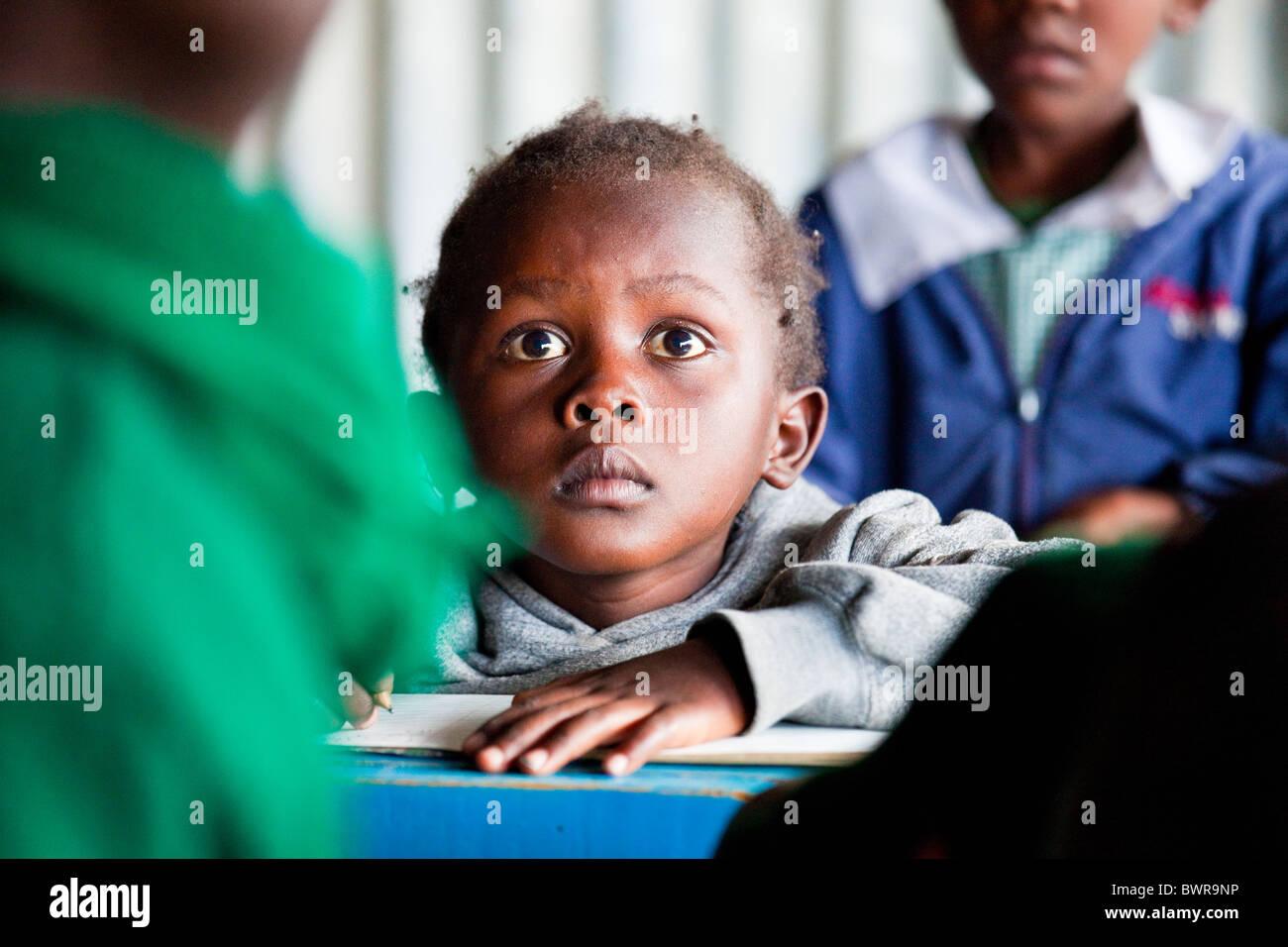 Dans les bidonvilles de Mathare écolière de Maji Mazuri centre et école, Nairobi, Kenya Photo Stock