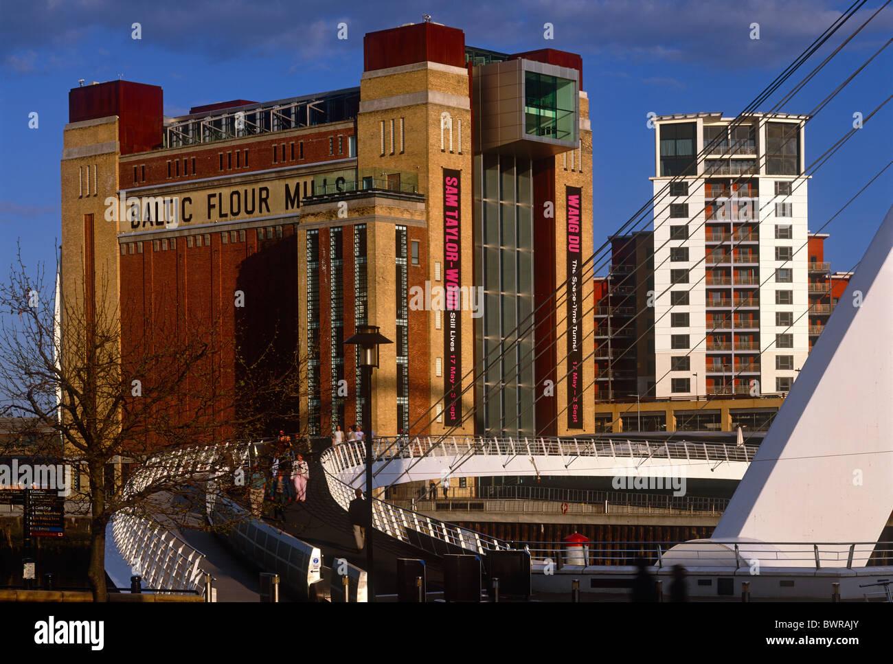 Une vue de jour de Gateshead Millennium Bridge et Baltic Centre for Contemporary Art, Gateshead, Tyne et Wear Banque D'Images