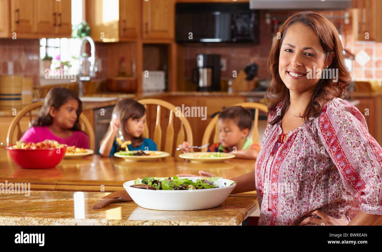 Salade aux enfants mère servant Banque D'Images