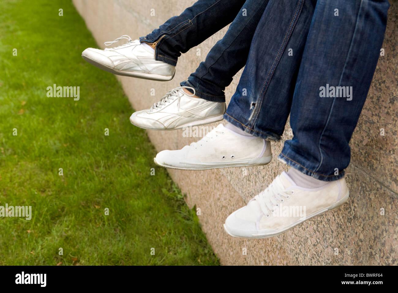 Close-up de deux paires de pieds portant des chaussures sportives Photo Stock