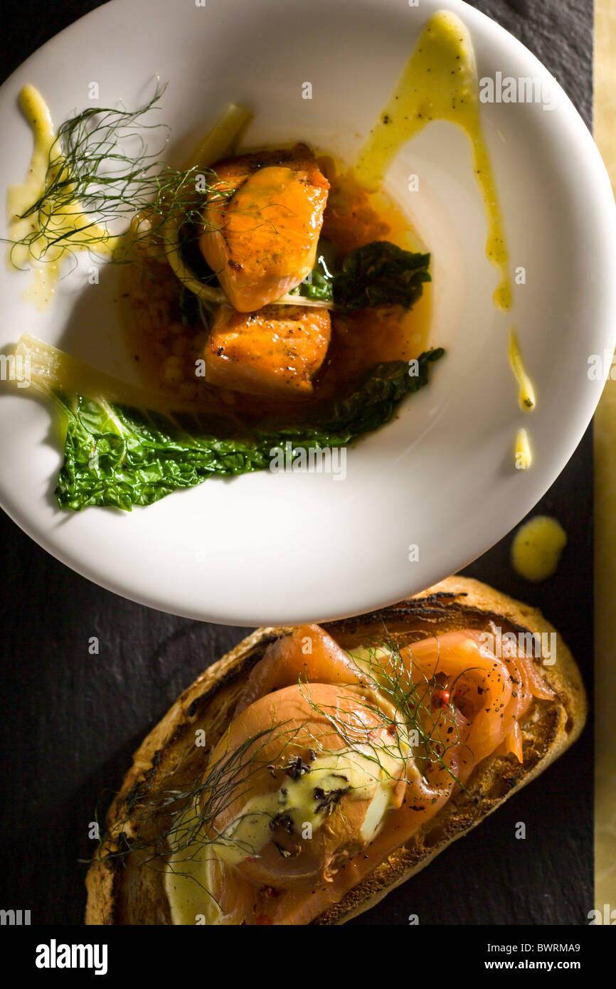 Oeuf poché thé thé avec du saumon fumé et du thé infusé de consommé de saumon Photo Stock