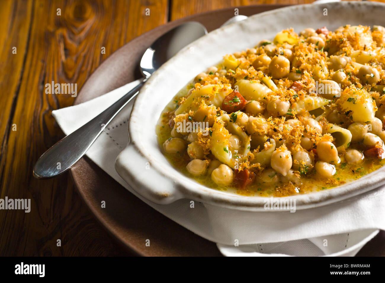 Conchiglie avec Pois chiches, chorizo et de chapelure. Photo Stock