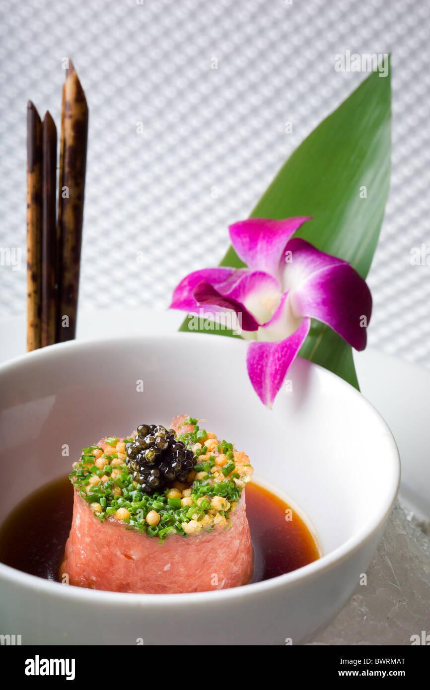Tartare Toro avec craquelins de riz et du caviar préparés par Masaharu Morimoto Iron Chef du restaurant Photo Stock